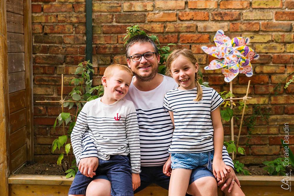 portrait photo d'un père et ses enfants