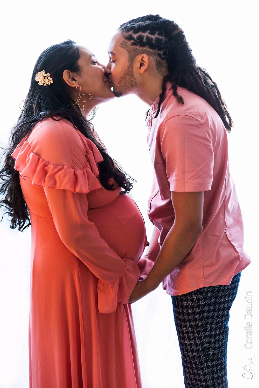 séance photo grossesse en couple en studio à Massy