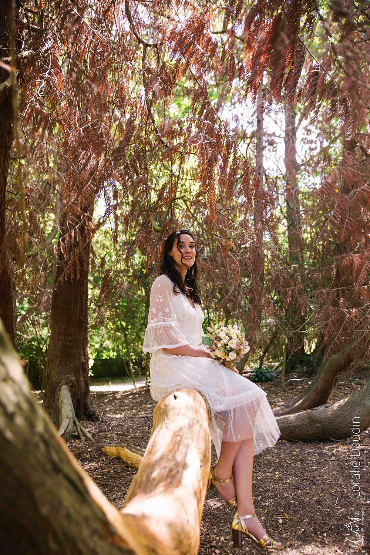 mariée assise sur une branche d'arbre
