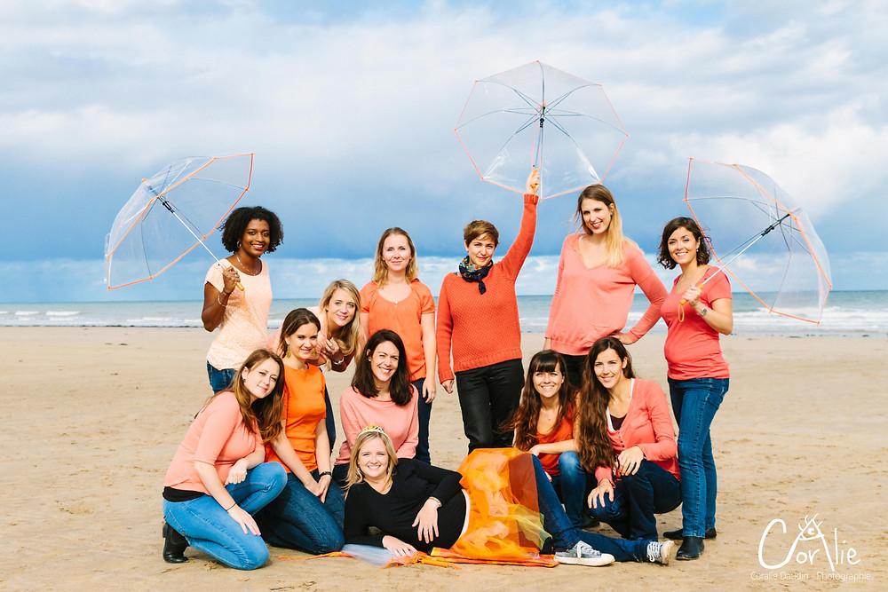 photo groupe EVJF avec parapluies sur la plage