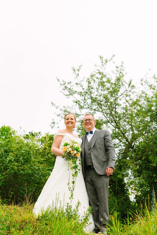 Couple de mariés dans la nature du Val d'Oise