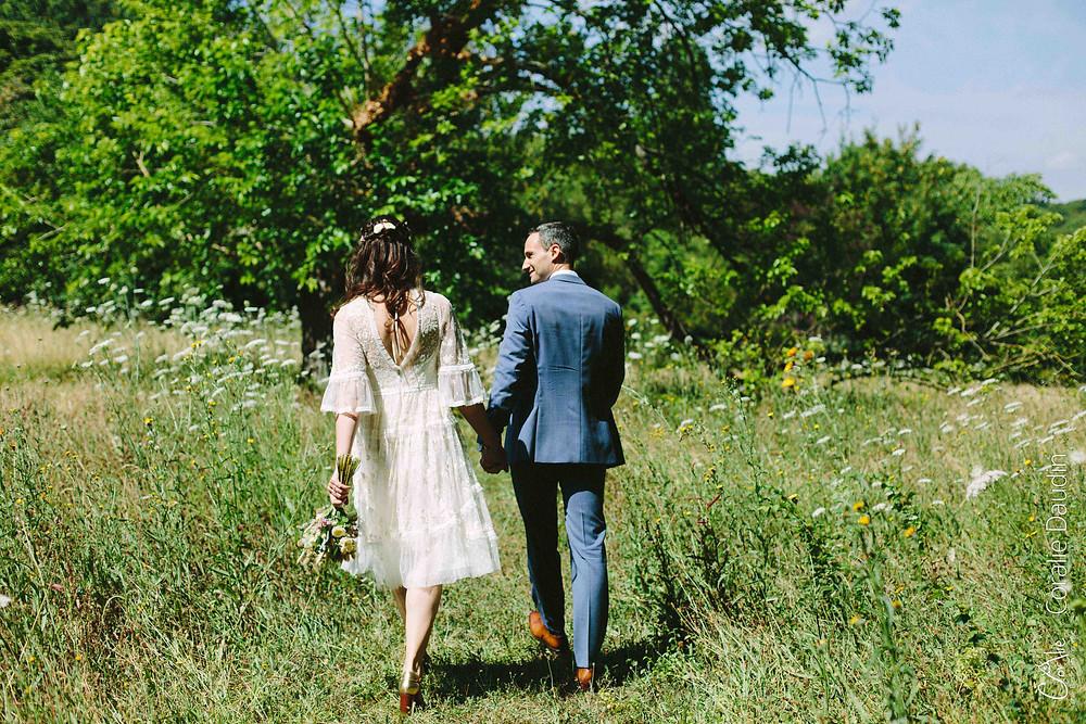 photo mariés se baladant dans un parc