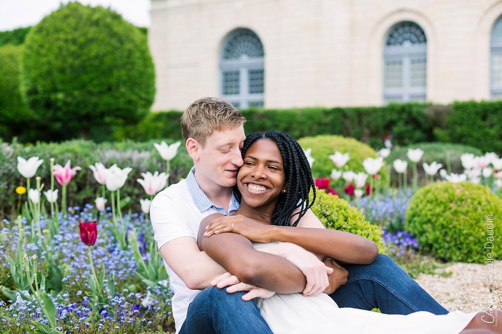 portrait jeune couple dans les fleurs