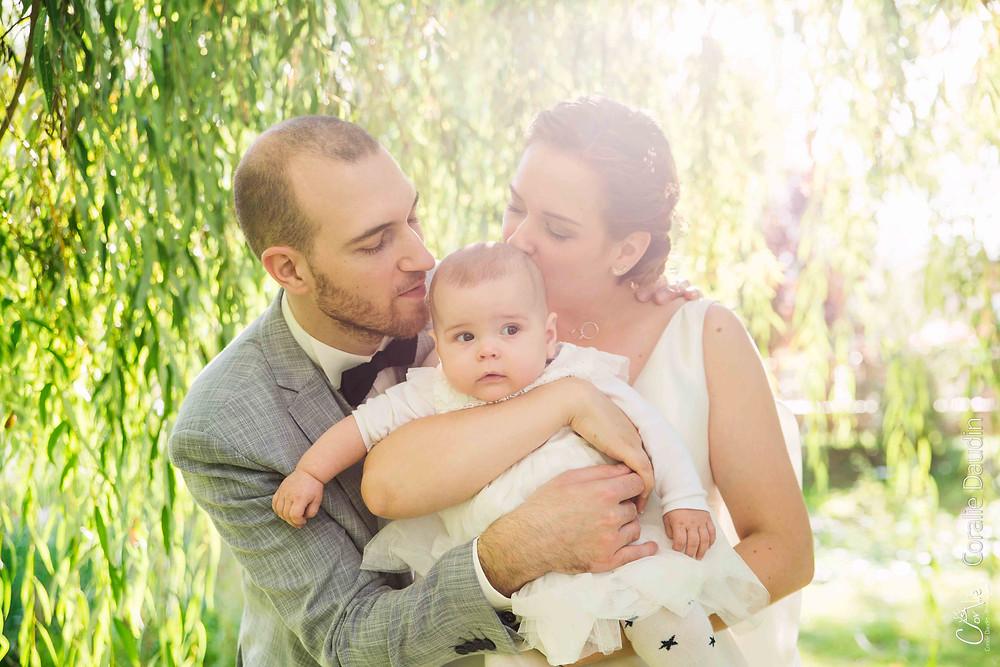 Photographie des mariés avec bébé