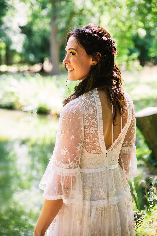 portrait mariée avec une robe bohème en dentelle