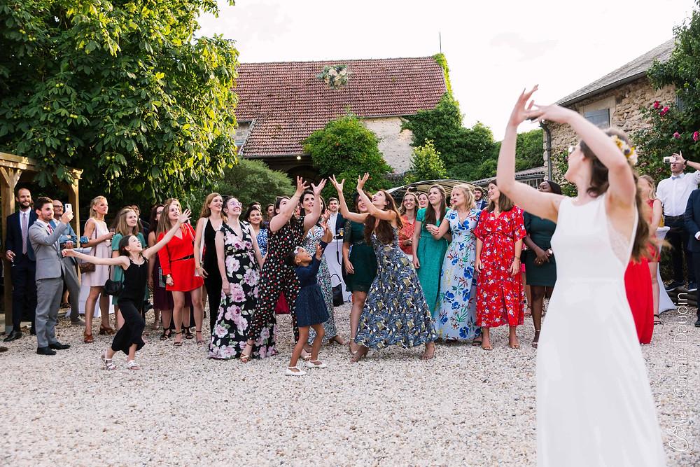 photo du jeté du bouquet de la mariée