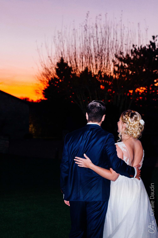 Mariés au coucher du soleil Les Hauts de Pardaillan
