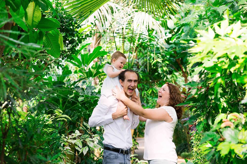 photographie d'une famille dans un parc