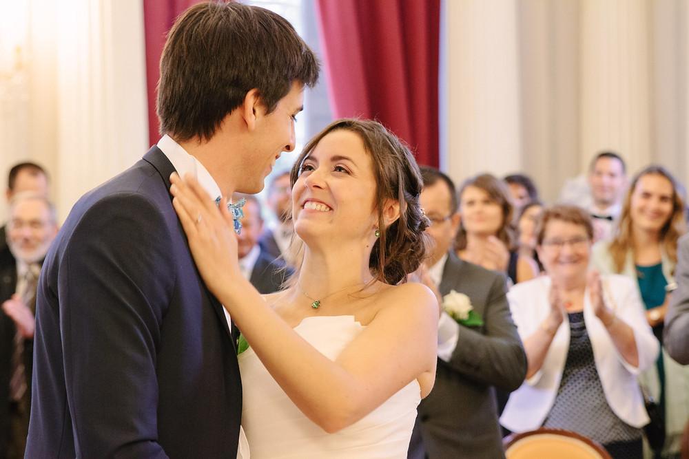 baiser des mariés à la mairie