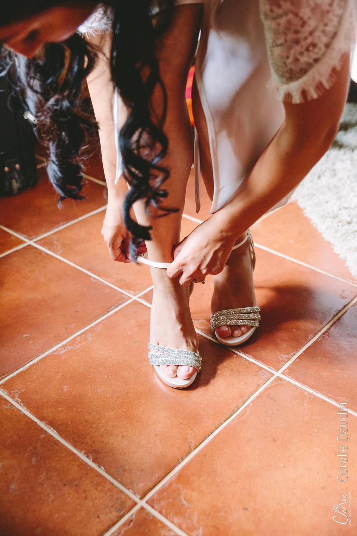 mariée mettant ses chaussures
