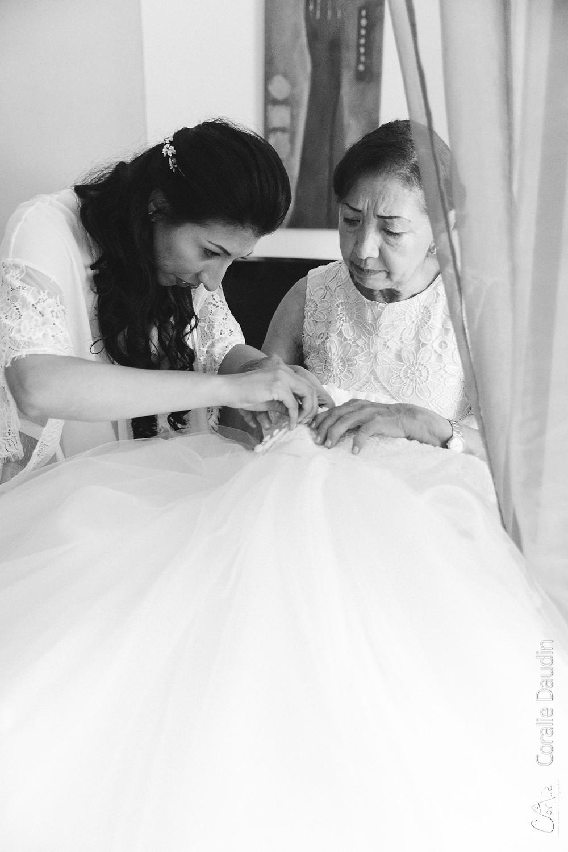 mariée passant sa robe