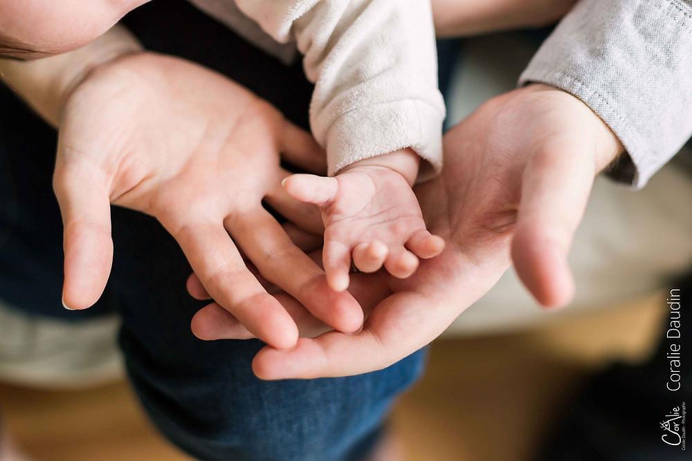 photo des mains d'une famille