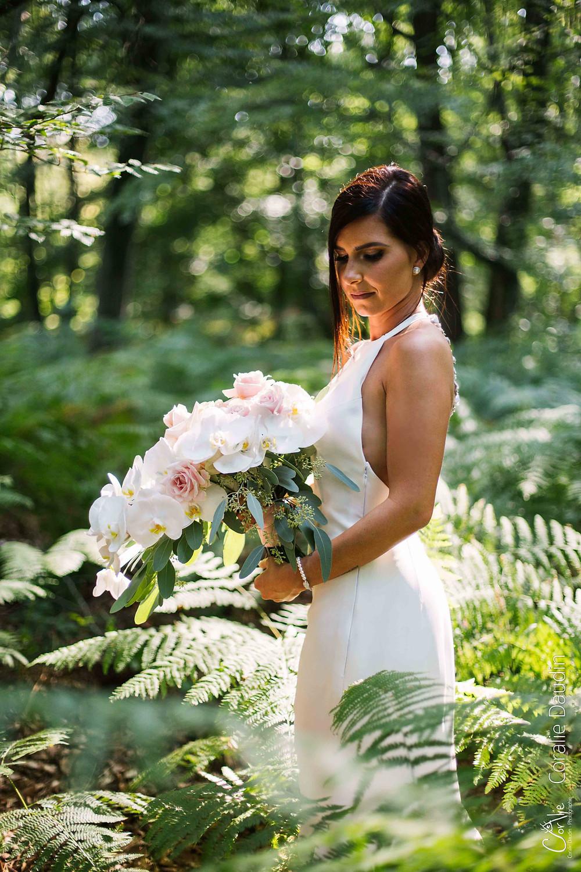 Portrait de la mariée dans les fougères de la forêt de Fontainebleau