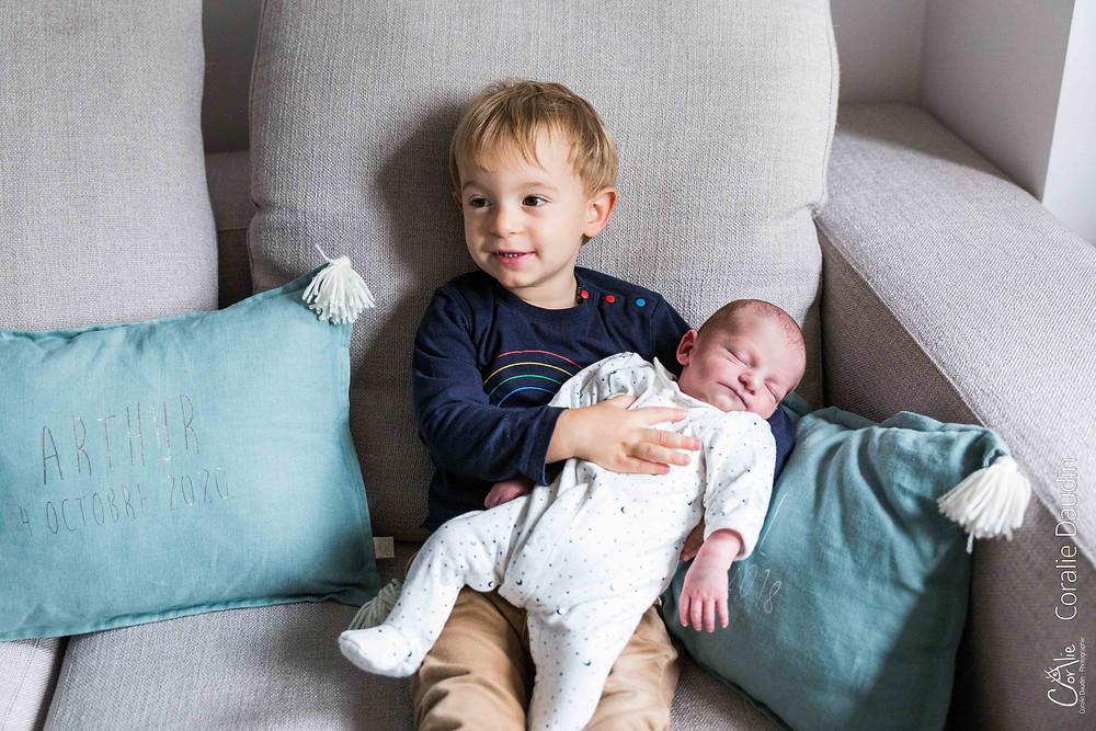 Portrait photo nouveau né et son grand-frère