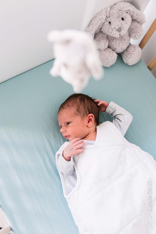 portrait bébé à dans son lit