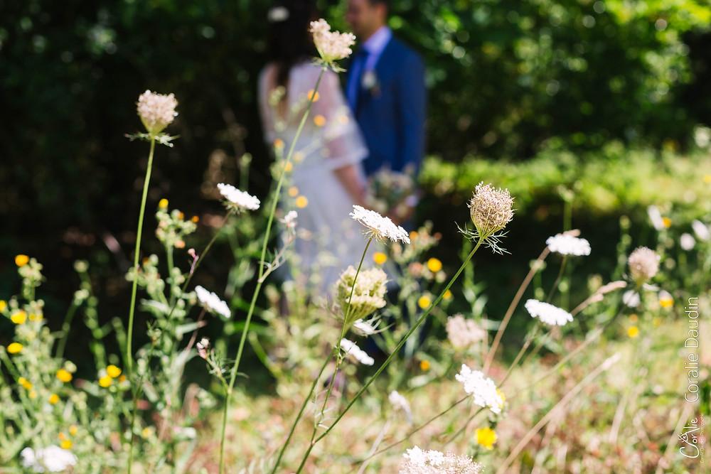 fleurs avec mariés en arrière plan