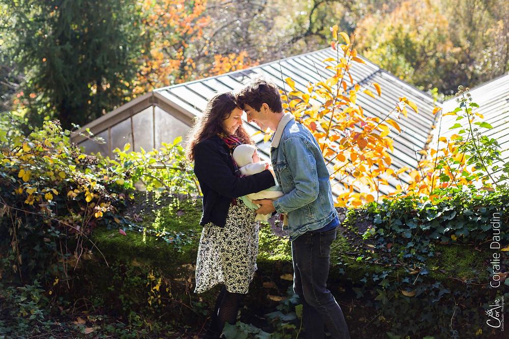 photo d'une famille dans un jardin aux couleurs d'automne