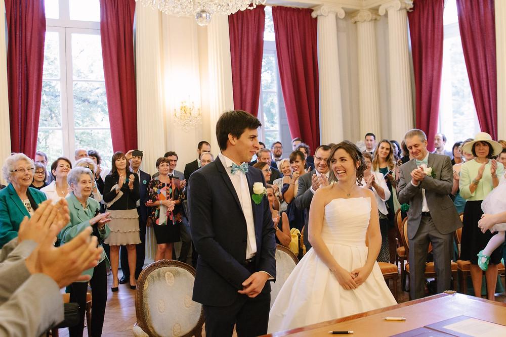 sourire des mariés à la mairie