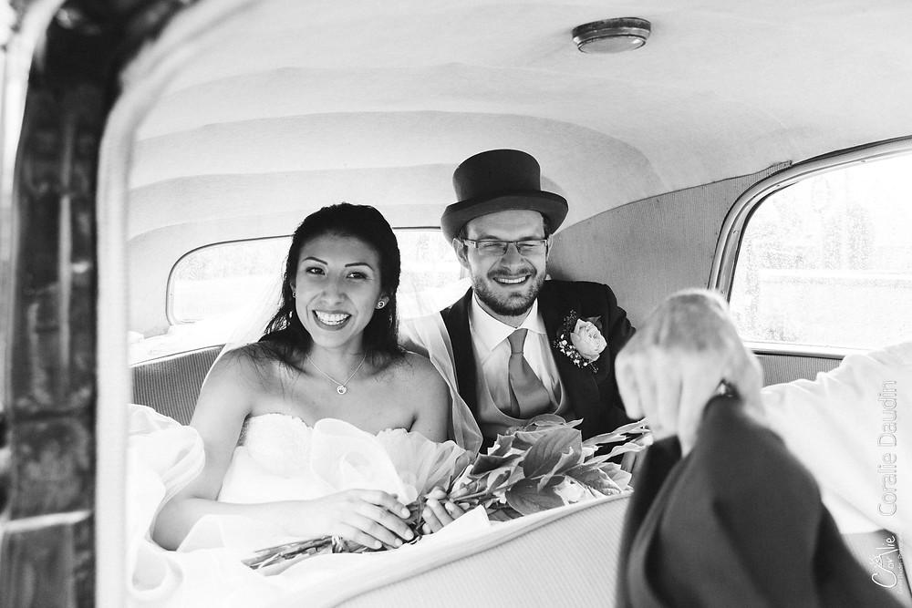 Photo mariés dans la voiture
