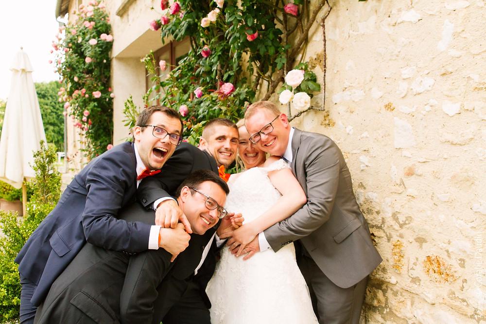 couple de mariés avec ses témoins