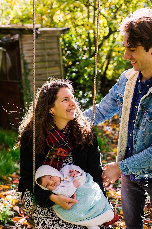 photo d'un nourrisson et de ses parents dans un jardin à Verrières-le-Buisson