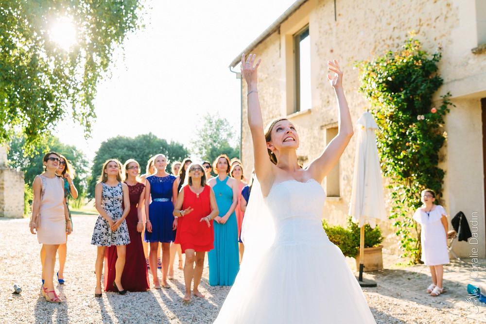 photo jeté du bouquet de la mariée