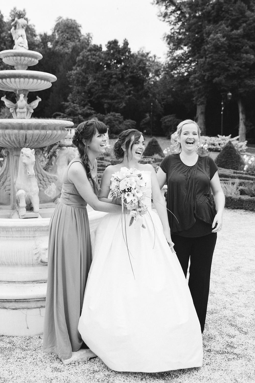 Rires témoins et mariée