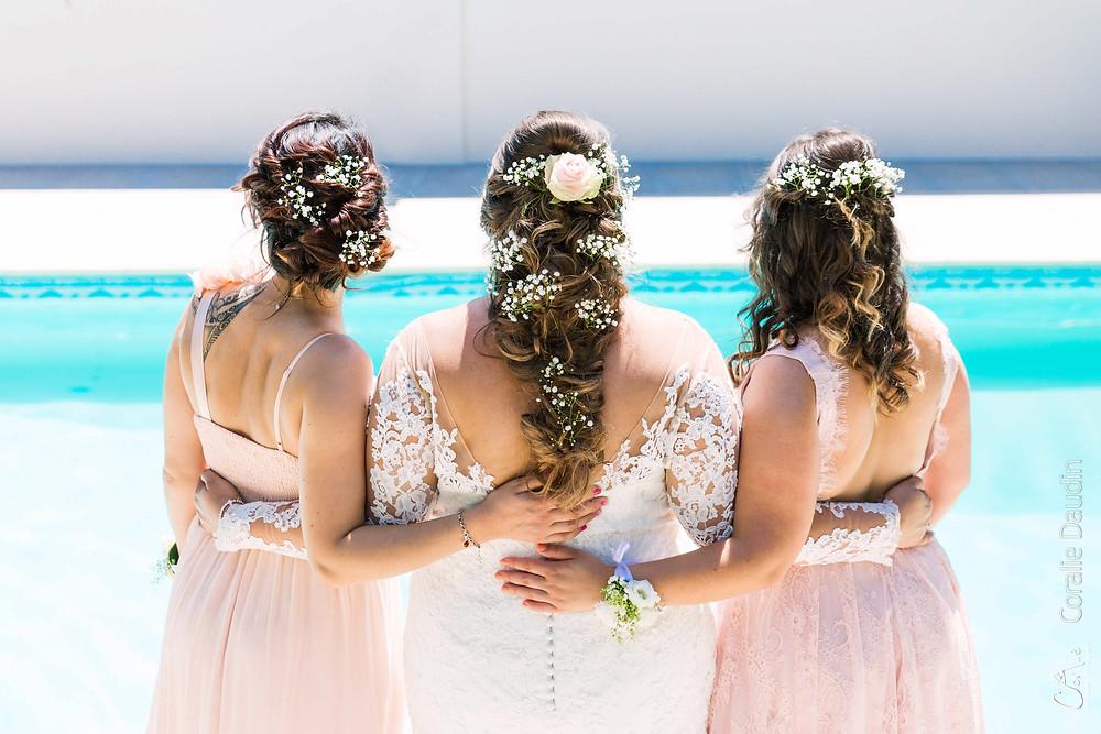 Mariée et ses témoins de dos