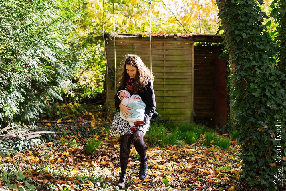 photo d'un bébé et de sa maman dans un jardin