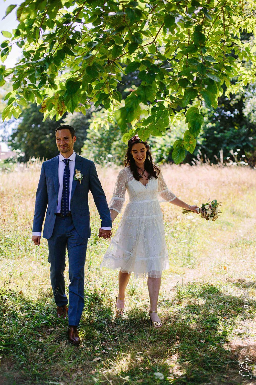 photo de mariés qui marchent