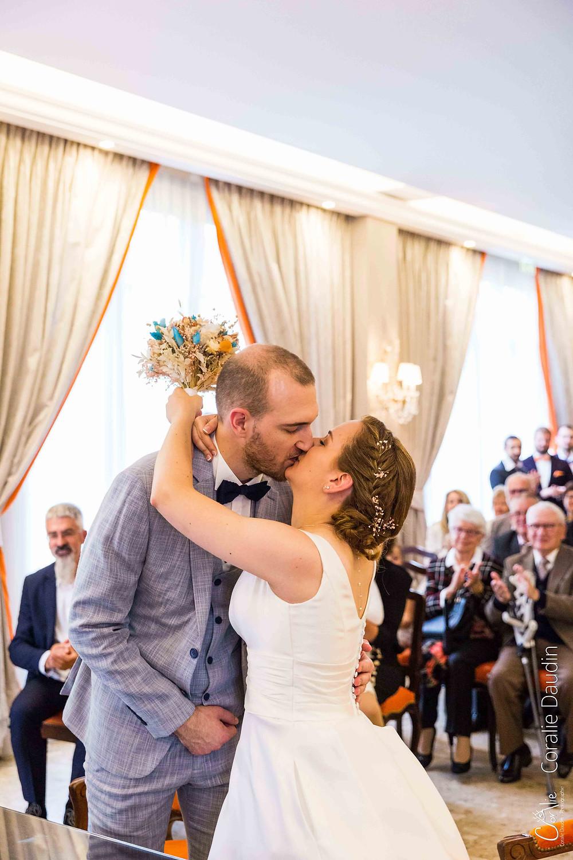 Baiser des mariés à la mairie de Yerres