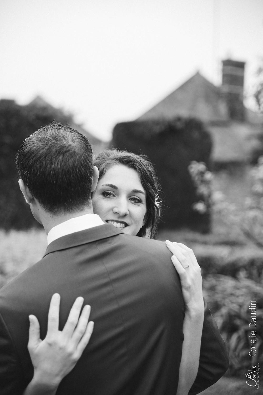 portrait de la mariée dans les bras de son futur mari