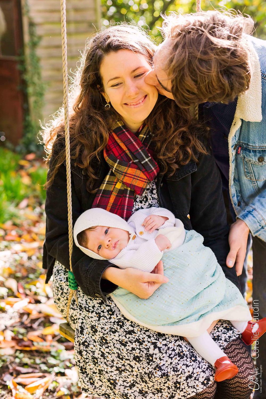 photo d'un bébé et de ses parents dans un jardin