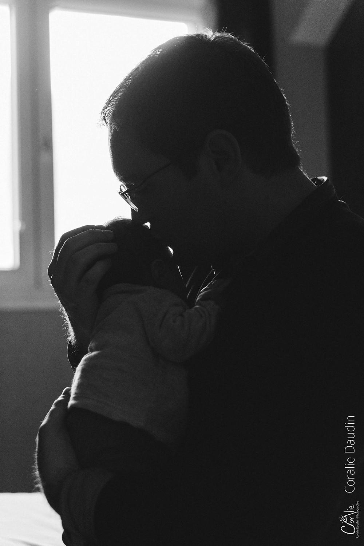 portrait photo papa embrassant son bébé