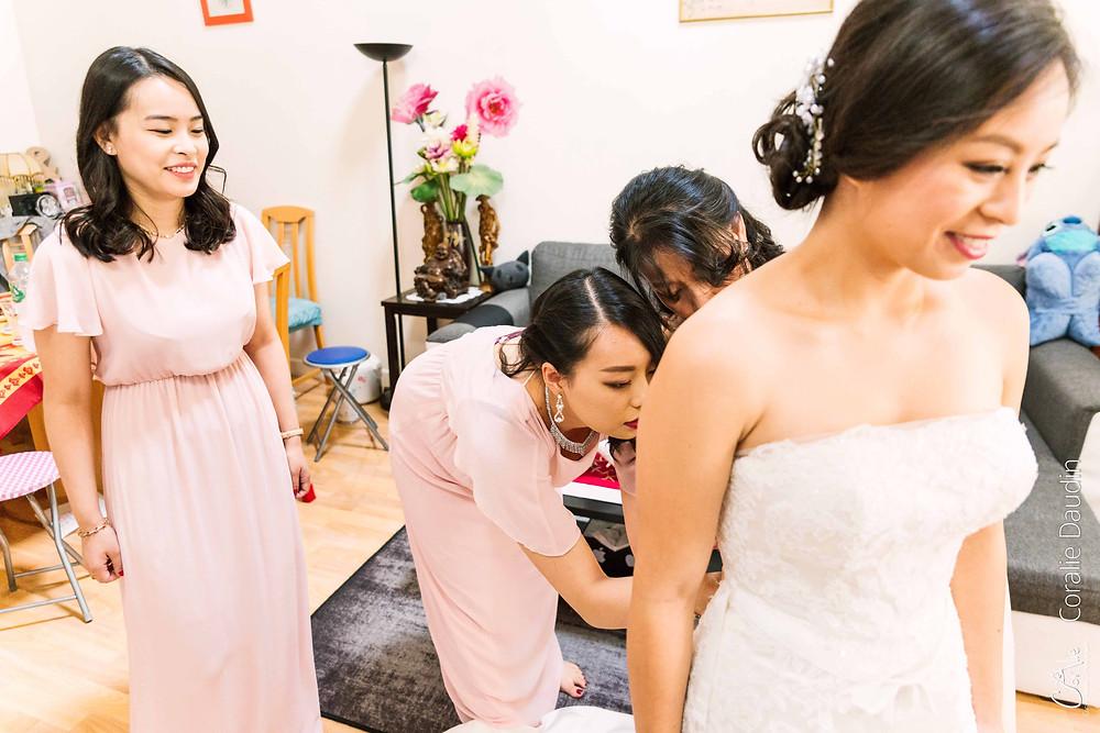 photo mariée passant sa robe