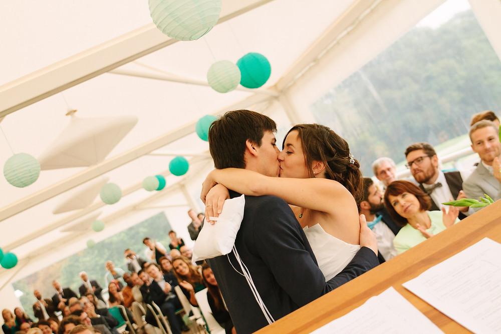 Baiser mariés  Cérémonie laïque