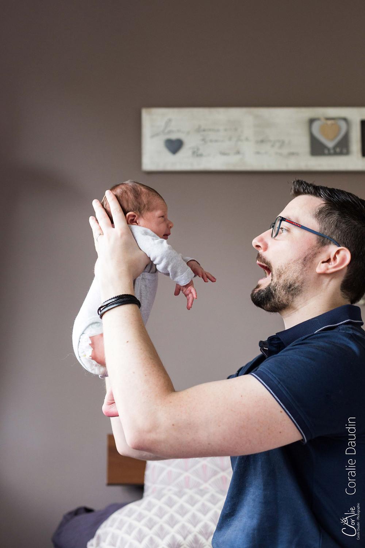 photo d'un papa avec son nouveau né