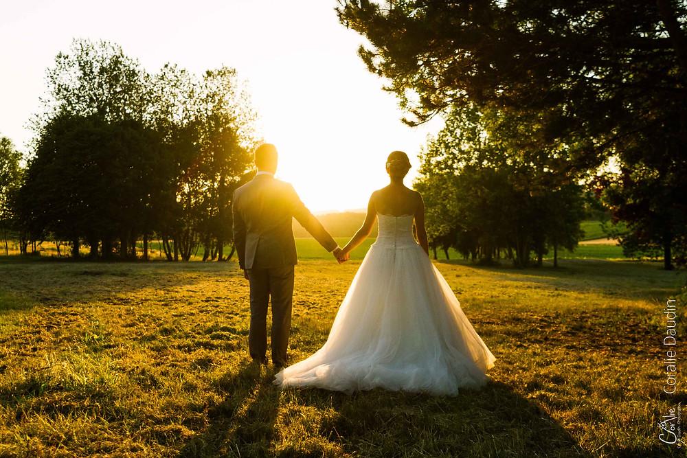 Photographie couple mariés au coucher du soleil