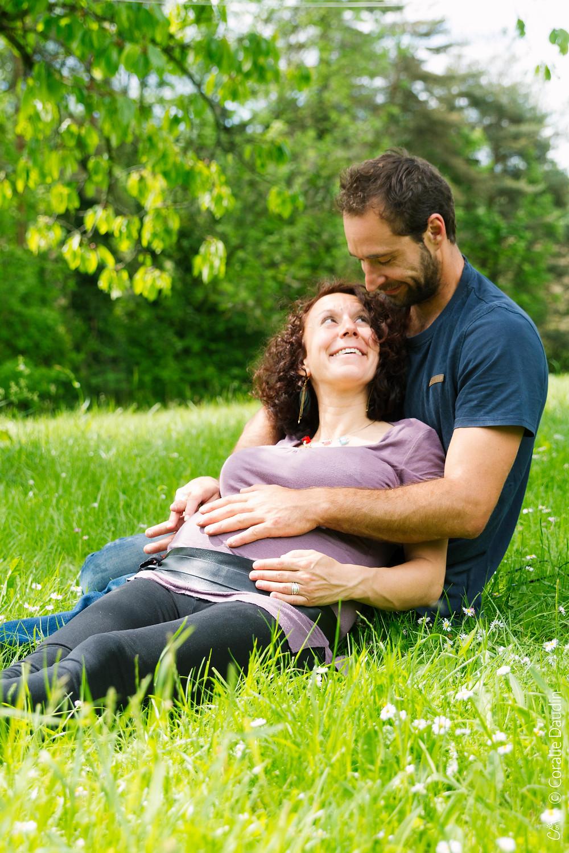 Séance grossesse lifestyle dans la nature et en couple