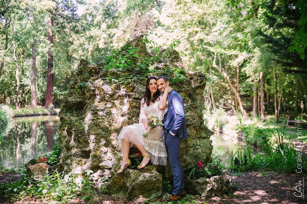 photo couple de mariés dans la nature