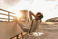 Mujer sentada en el techo