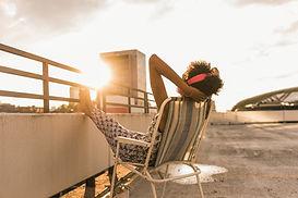 Frau sitzt auf dem Dach