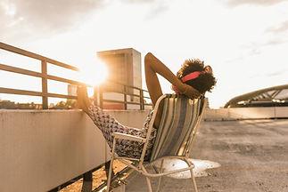 Mulher, sentando, ligado, telhado