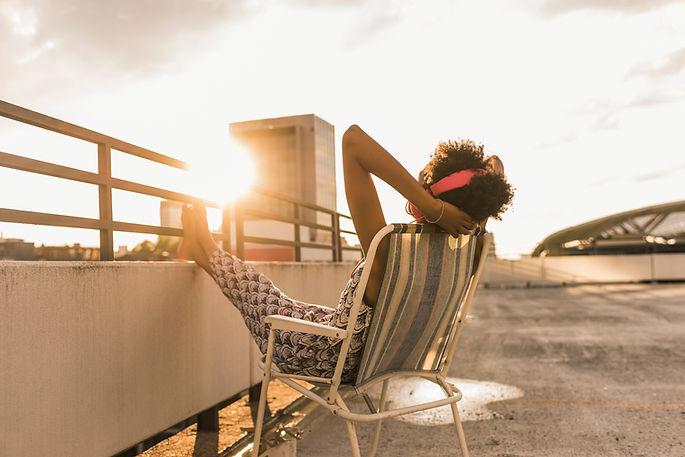 Žena sedí na střeše