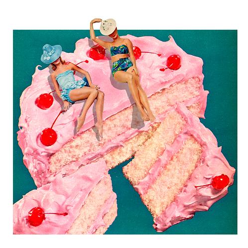 Collage de estilo surrealista de una tarta con dos mujeres en bikini tomando el sol