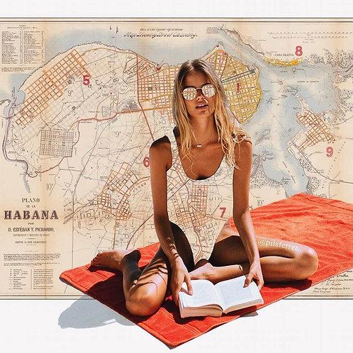 Cuadro de una mujer tomando el sol y leyendo en bañador con el fondo del mapa de La Habana
