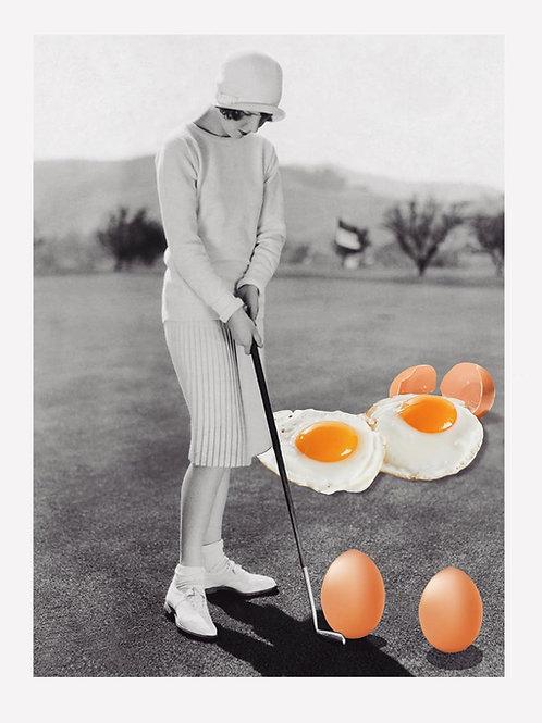 Collage de estilo surrealista de una mujer jugando al golf con huevos