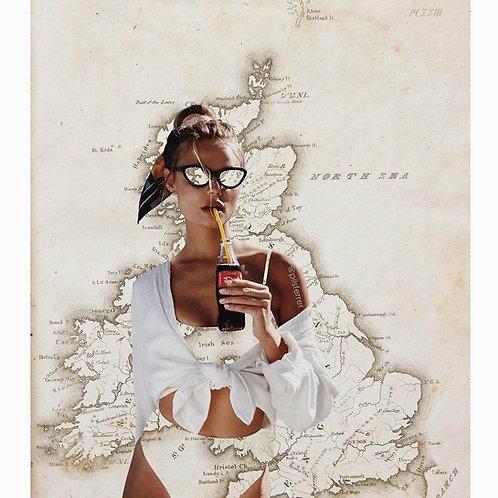 Imagen de una mujer en bikini tomando coca cola con el mapa de Inglaterra de fondo