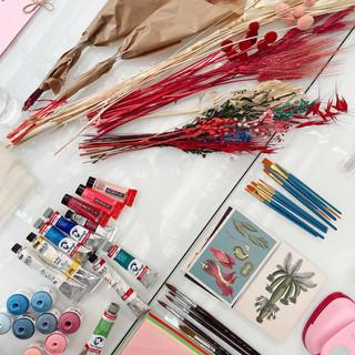 Flores, pinceles y pintura para el taller de collage