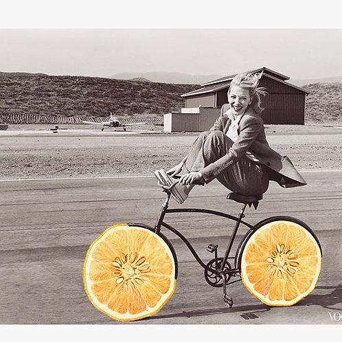 Cuadro original para casa de mujer montando en bicicleta vintage